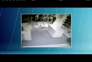 Loja em Ipaba tem portas de vidros quebradas e produtos roubados - Criminosos levaram roupas e fugiram em um carro.