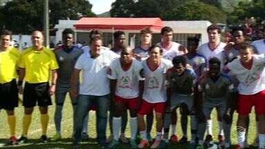 Em clima de Olímpiada, seleção de Paty do Alferes e time de Haitianos fazem jogo solidário - Objetivo da partida foi celebrar valores do esporte ao lado de novas amizades.