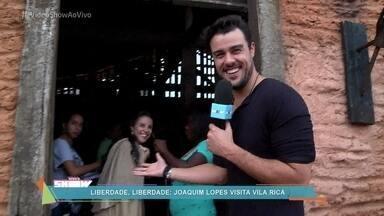 Taverna de 'Liberdade, Liberdade' é o point do elenco da novela das 11 - Joaquim Lopes conhece o local e conversa com Andreia Horta, que interpreta Joaquina