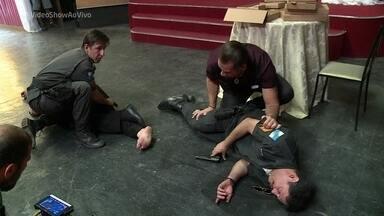 Bigode vira herói em 'Chapa Quente' - Confira os bastidores de gravação do dia em que personagem leva um tiro para salvar Genésio
