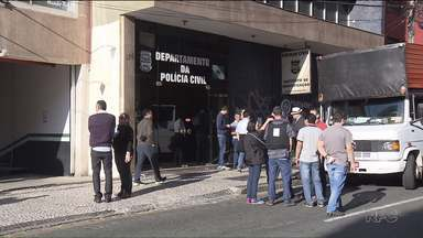 Policiais civis fazem dia de protesto - As delegacias de várias cidades não abriram hoje, e apenas flagrantes foram atendidos.