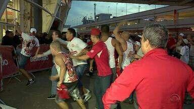 Imagens de depredação feita por torcedores do Inter serão encaminhas ao Ministério Público - Após a derrota contra o Corinthians, alguns torcedores depredaram os arredores do estádio Beira-Rio.