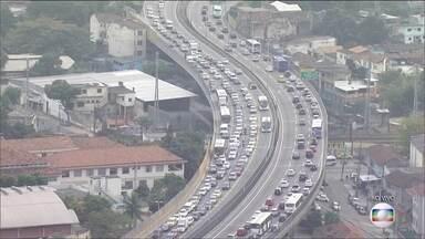 Trânsito no Rio volta a ficar complicado nesta terça-feira (2) - Motoristas que trafegam pela cidade enfrentam longos congestionamentos.