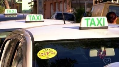 Táxis de SP oferecem descontos para enfrentar concorrência do Uber - Um dos dois sindicatos do taxistas de São Paulo está começando uma campanha: a ideia é oferecer 30% de desconto em todas as corridas em que o passageiro pegar o táxi na rua.