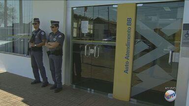 Criminosos roubam agência bancária no Centro de Engenheiro Coelho, SP - A ação aconteceu antes da agência ser aberta, e contou com diversos homens fortemente armados.