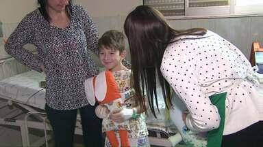 Crianças que fazem tratamento no HU recebem presente - Foram entregues as Naninhas, travesseiros recheados com amor.