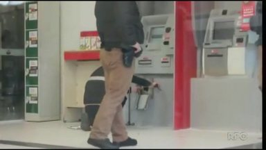 Gangue do Maçarico age em de banco de Ponta Grossa - Eles danificaram um caixa eletrônico