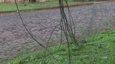 Moradores reclamam dos fios pendurados em postes de energia - Os cabos arrebentaram depois que um caminhão passou pelo bairro.