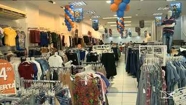 Crise econômica afeta comportamento do consumidor perto do Dia dos Pais - Diante do cenário de crise, muitos consumidores estão economizando mais e o comercio para movimentar as compras para o Dia dos Pais aposta em promoções.