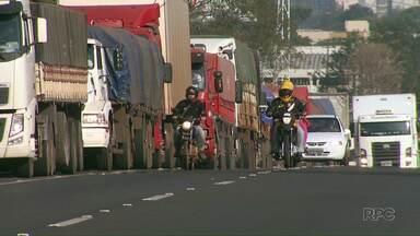 Paralisação dos servidores da RF vai completar um mês - Caminhões formam filas imensas na fronteira