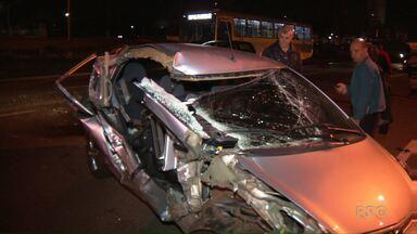 Carro e caminhão se chocam na BR-369 entre Londrina e Cambé - O acidente teria sido provocado pela falta de atenção na sinalização. Duas pessoas ficaram feridas.