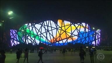 Monumentos da Ásia são iluminados em homenagem à Olimpíada do Rio - O Ninho de Pássaro foi acesso com as cores olímpicas e com o logo da Olimpíada do Rio.