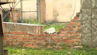 Detentos fogem de presídio após caminhão derrubar muro em Pelotas no RS - Seis presos fugiram do Presídio Regional de Pelotas, no Sul do estado, após um caminhão derrubar um dos muros da casa de detenção.