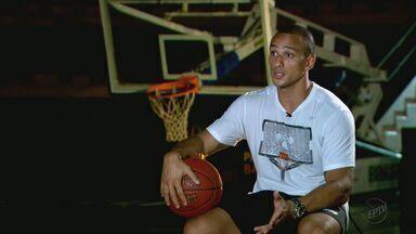 Ala da seleção olímpica de basquete foi faxineiro e trabalhou na roça em Orlândia - Estreia do Brasil é no domingo, contra a Lituânia.