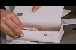 Consumidora recebe pedras no lugar de celular comprado via web em Divinópolis - Dona de casa recebeu pacote violado e sem produto em Divinópolis. Loja ofereceu opções de ressarcimento; especialista orienta sobre compra.