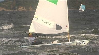 Começam as provas de iatismo e Robert Scheidt vence uma regata - O iatista terminou o dia na sétima posição.