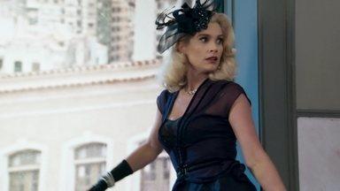 Sandra foge do tribunal - A loira consegue escapar pela janela do banheiro. O juiz estranha a demora de Sandra e manda os policiais atrás da vilã