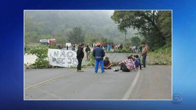 Protesto de indígenas interrompe BR-386 em Iraí, no Norte do RS - Conforme estimativa da Polícia Rodoviária Federal (PRF), pelo menos 100 pessoas ocuparam a pista, onde foram colocados pedras e galhos, provocando congestionamento no local.