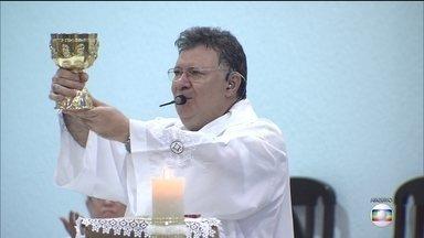 Padre Moacir afirma que políticos o ajudaram a receber doações de empreiteiras para festa - Com a investigação da Lava Jato ele diz estar constrangido,