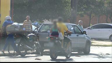 Crianças são transportadas sem segurança por motociclistas em João Pessoa - Somente a partir dos sete anos crianças podem ser transportadas em motos.
