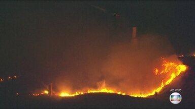 Incêndio atinge área de mata em Deodoro - O fogo acontece atrás do Parque Radical e começou na parte da tarde desta segunda-feira (15). Bombeiros de Guadalupe, Irajá e Realengo foram acionados para conter o incêndio.