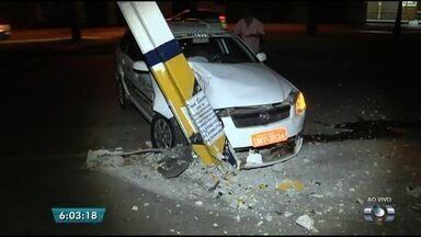 Taxista bate carro em poste no Setor Pedro Ludovico, em Goiânia - Acidente aconteceu na Avenida 4ª Radial, na região sul da capital.