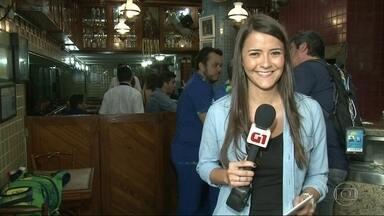 G1 no Bom Dia Rio: garçons lucram com as gorjetas dos turistas durante a Olimpíada - O consumo nos restaurantes aumentou 50% nas últimas semanas. Com bastante turista, cada caipirinha é acompanhada de uma gorjeta.