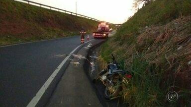 Caminhoneiro foge após acidente entre caminhão e motocicleta - Uma pessoa morreu e outra ficou ferida em um acidente entre um caminhão e uma motocicleta no quilômetro 445, da Rodovia Comandante João Ribeiro de Barros (SP-294), em Marília (SP).