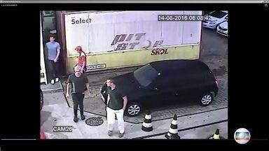Reviravolta no caso dos nadadores americanos. Polícia afirma que eles não foram assaltados - O RJTV teve acesso com exclusividade ao vídeo de câmeras de segurança do posto de gasolina na Barra, onde os atletas americanos se envolveram numa confusão.