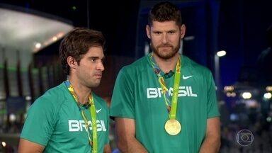Dupla Alison e Bruno vence Itália e é ouro no vôlei de praia - A dupla Alison e Bruno venceu a Itália e é ouro no vôlei de praia. A disputa aconteceu na noite de quinta-feira (19) na Arena de Copacabana.