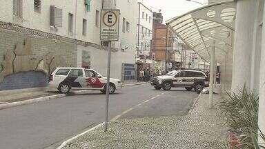 Assaltante morre após tentar roubar loja de celulares em Praia Grande, SP - Policial civil, que estava no local, atirou no criminoso. Outros dois assaltantes conseguiram fugir.