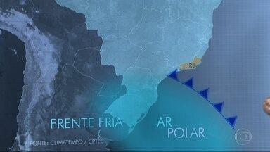 Frente fria avança na direção do Rio com ar mais gelado e fortes rajadas de vento - A frente fria vai trazer um ar mais gelado e mudança no vento. As rajadas podem chegar a 80km/h no sábado (20) e a 90km/h no domingo (21). O mar vai ficar mexido, com ondas de até 3,5 metros em alto mar.
