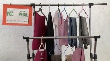 """Campanha de doação de roupas é realizada em vários pontos do DF - No projeto """"Quem tem põe, quem não tem pega"""", as pessoas podem experimentar as roupas antes de levar."""