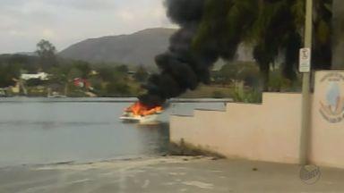 Lancha pega fogo e menor fica gravemente ferido em Rifaina, SP - Jovem de 15 anos era o único que estava na lancha, segundo testemunha. Vítima teve queimaduras pelo corpo e segue internado.
