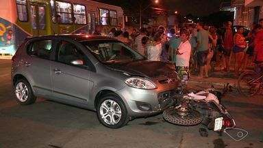 Casal em moto fica ferido após ser atingido por carro em Vila Velha, ES - Segundo testemunhas, carro entrou em rua sem olhar para os lados.Vítimas foram levadas conscientes para um hospital da região.