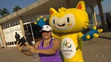Mascote da Olimpíada passeia pela orla da Lagoa da Pampulha, em BH - 'Vinícius' virou atração do cartão-postal da capital mineira.