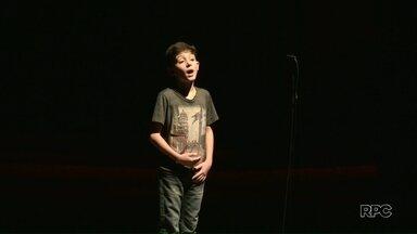 Crianças e adolescentes emocionam público em concurso de declamação - A sexta edição do concurso Afonso Altino Costa, em Paranavaí, reuniu 70 participantes, além de muitos amigos e familiares na plateia.