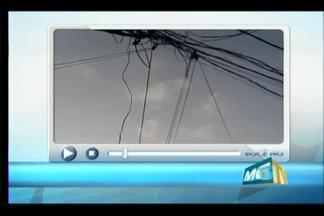 VC no MGTV: Morador de Uberaba registra fios soltos em rua no Bairro Abadia - Fios pertencem à empresa de telefonia, que informou que reparos começaram na tarde desta sexta-feira (19) e que, neste sábado (20), serviço seria restabelecido.