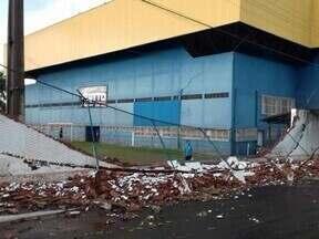 Chuva forte na região derruba muro de clube em Andradina - Choveu forte em algumas cidades da região de Araçatuba (SP) neste sábado (20). Em Andradina (SP), o muro de um clube caiu. A grade que serve de proteção para o campo de futebol também caiu com a chuva. Ninguém se feriu.