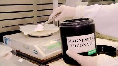 Tomar magnésio sem orientação pode causar problemas - Nas farmácias de manipulação, o queridinho do momento é o magnésio. A procura aumentou muito. Só que tomar magnésio sem orientação pode dar problema.