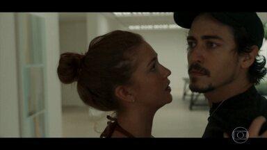 Isabela desperta ciúmes de Vicente e causa briga - O jovem discute com a amada depois de vê-la conversando com Otto, seu ex-namorado