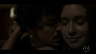 Isabela e Vicente têm noite quente - Apesar das brigas, Isabela e Vicente são um casal cheio de fogo e paixão