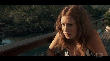 Isabela comenta com Elisa que está em dúvida sobre seu casamento - Embriagado, Vicente não consegue falar com a noiva