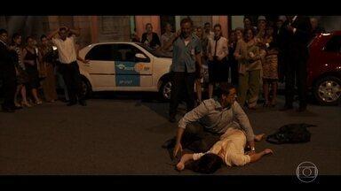 Waldir vê atropelamento e liga para ambulância pedindo socorro - Maurício se desespera após Beatriz ser atingida por um carro
