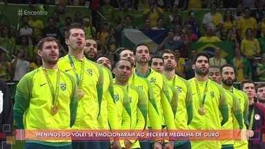 Lipe e Bruninho revelam a emoção de receber a medalha de ouro - Atletas elegem momento do pódio como o mais importante e emocionante de suas carreiras. Lipe relembra o pai, que faleceu quando ele tinha apenas 9 anos