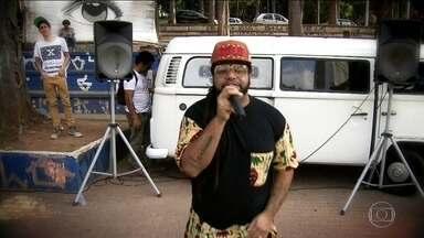 'Kombi do Rap' divulga o trabalho de rappers independentes por praças da Grande SP - A 'Kombi do Rap', projeto criado por um morador de Santo André, estaciona na praça, abre as portas e dá oportunidade para as pessoas cantarem ou declamarem uma poesia. O SPTV acompanhou a parada na Praça da Moça, em Diadema.
