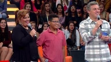 """Família de São Gonçalo participa do """"Caldeirão em Domicílio"""" - Luciano Huck surpreende Flávia e o filho que estavam na plateia"""