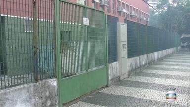 Recomeçam as aulas para alunos das redes estadual, municipal e na Uerj - Numa escola da Barra da Tijuca, os estudantes foram informados que só terão aulas a partir de terça-feira (30).