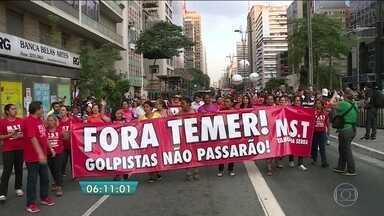 Manifestantes protestam contra o impeachment na Avenida Paulista - Os manifestantes bloquearam avenida e botaram fogo em papéis e lixo. A Tropa de Choque foi acionada para dispersar a manifestação.