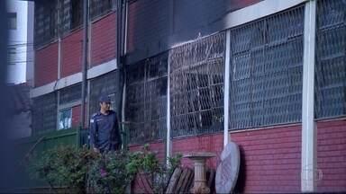 Incêndio destrói parte de escola, em Contagem, na Grande BH - Fogo atingiu sala de arquivos e documentos.